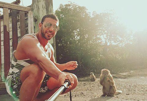 Dando de Comer a monos callejeros en Tailandia